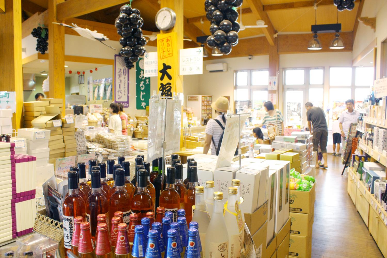 當中販賣著鶴田町內的新鮮現摘農產品