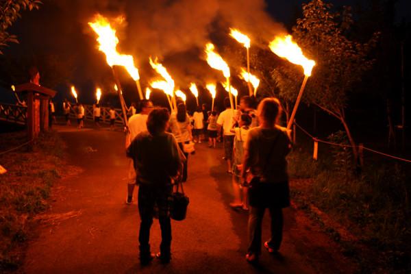 鶴田水火之祭典的神火繞境