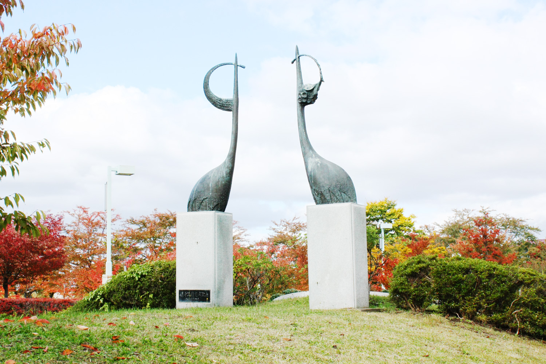 兩座代表鶴田町的大型鶴雕像